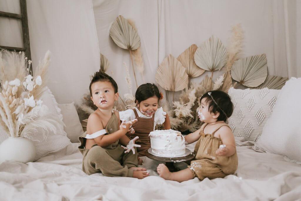 sibling smash the cake